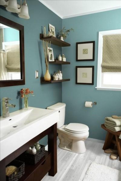 estanterias y cestas en el baño