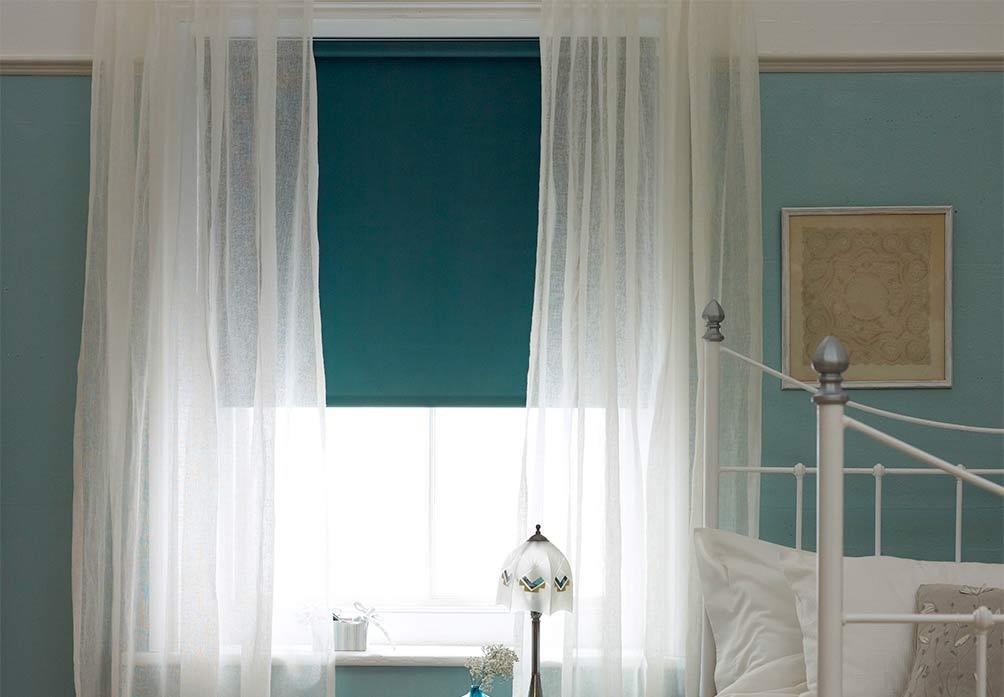 estores y cortinas en una habitación