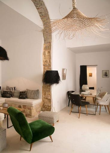 Salón con lamparas artesanales.
