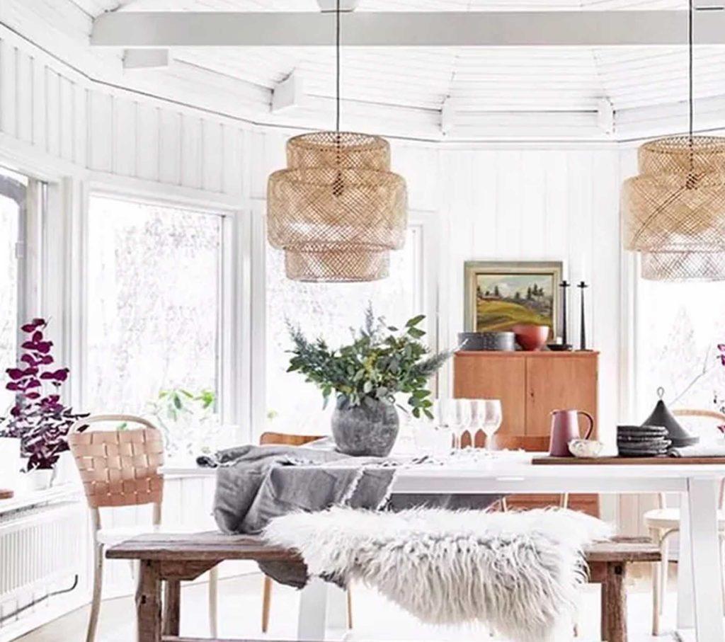 Sala con lamparas naturales que aportan calidez a la estancia.
